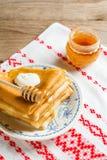 Krepps oder Blinis mit Honig und Sauerrahm zum Frühstück Lizenzfreie Stockbilder
