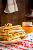 Krepps oder Blinis mit Honig zum Frühstück Stockfotos