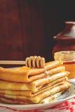Krepps oder Blinis mit Honig zum Frühstück Lizenzfreies Stockbild