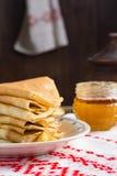 Krepps oder Blinis mit Honig zum Frühstück Lizenzfreie Stockfotografie