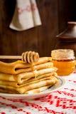 Krepps oder Blinis mit Honig zum Frühstück Stockbild