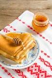 Krepps oder Blinis mit Honig zum Frühstück Stockfotografie