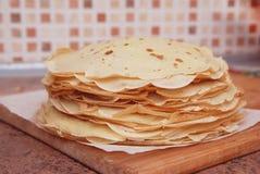 Krepps oder dünne traditionelle russische Pfannkuchen lokalisiert, selektiver Fokus Italienische Küche begleitet von der Huhnsoße Lizenzfreies Stockfoto