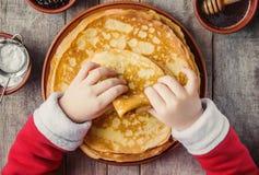 Krepps sind in den Händen eines Kindes Haupt Stockbilder