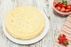 Krepy na talerzu z składnikami i truskawką Fotografia Stock