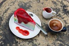 Krepy tortowa tęcza i gorąca kawy espresso kawa Obrazy Royalty Free