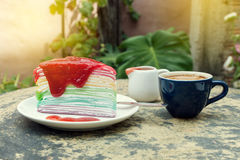 Krepy tortowa tęcza i gorąca kawy espresso kawa Zdjęcie Stock
