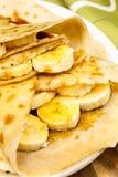 Krepy z bananem, klonowym syropem i cukieru proszkiem, Zdjęcia Royalty Free