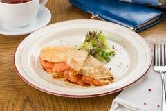 Krepy z uwędzonym łososiem na białym talerzu dla śniadania na drewnianym stole zdjęcia stock