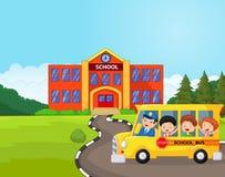 Kreskówka autobus szkolny i dzieciaki przed szkołą ilustracji