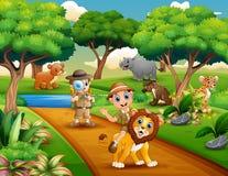 Kreskówka dwa chłopiec badacz z zwierzętami w dżungli royalty ilustracja