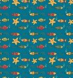 Kreskówka pociągany ręcznie bezszwowy podwodny wzór z ryba i m Obrazy Stock
