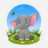 Kreskówka słonia szczęśliwy obsiadanie na trawie royalty ilustracja