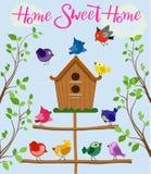 Kreskówka ustawiająca różni kolorowi ptaki blisko birdhouse odizolowywającego na błękitnym tle w mieszkanie stylu również zwrócić royalty ilustracja