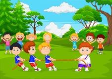 Kreskówki grupa dzieci bawić się zażartą rywalizację w parku royalty ilustracja