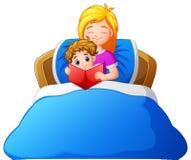 Kreskówki pora snu macierzysta czytelnicza opowieść syn na łóżku ilustracja wektor