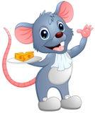 Kreskówki mysz trzyma plasterek ser na talerzu Zdjęcia Royalty Free