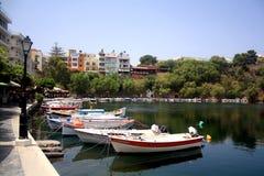 Kreta Grekland - Maj 21: Grekland Kreta Sjö Vulismeni i mitten av Agios Nikolaos med motorfartyg royaltyfri fotografi