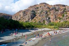 KRETA, GRIECHENLAND 23. JULI: Touristen haben einen Rest auf dem Preveli-Strand 23,2014 im Juli auf Kreta, Griechenland Der Stran Lizenzfreie Stockbilder