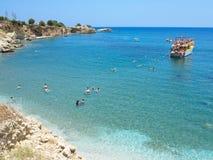 22 06 2015, Kreta, Griechenland, touristisches Boot und Schwimmen im lagoo Stockfotografie