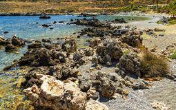 Kreta, Griekenland De rotsachtige en steenachtige mening van de kustdroom van golven, rotsen en diepe blauwe overzees De mediterr royalty-vrije stock foto