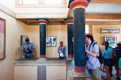 KRETA, 21 GRIEKENLAND-JULI: Toeristen bij het Knossos-paleis op 21,2014 Juli op het eiland van Kreta in Griekenland Royalty-vrije Stock Foto's