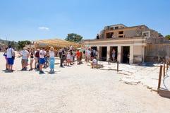 KRETA, 21 GRIEKENLAND-JULI: Toeristen bij het Knossos-paleis op 21,2014 Juli op het eiland van Kreta in Griekenland Het Knossospa Royalty-vrije Stock Fotografie