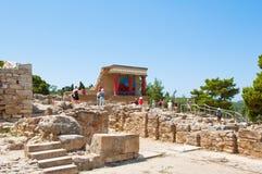 KRETA, 21 GRIEKENLAND-JULI: Toeristen bij het Knossos-paleis op 21,2014 Juli op het eiland van Kreta in Griekenland Het Knossospa Royalty-vrije Stock Afbeeldingen