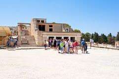 KRETA, 21 GRIEKENLAND-JULI: Toeristen bij het Knossos-paleis op 21,2014 Juli op het eiland van Kreta in Griekenland Knossos is he Stock Foto