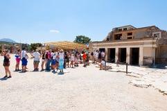 KRETA, 21 GRIEKENLAND-JULI: Toeristen bij het Knossos-paleis op 21,2014 Juli op het eiland van Kreta in Griekenland Knossos is he Stock Fotografie