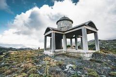 Kreta, Griekenland, kleine onvolledige kerk, verbazende die kapel in de de bergenstenen en rotsen wordt verlaten met blauwe zonni royalty-vrije stock afbeelding