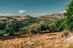 Kreta Griekenland, Mening op bergen met lage hangende wolken en blauwe hemel en groene bomen Zuid-Kreta keurige Rethymno, Grieken Stock Afbeelding