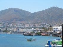 17 06 2015 Kreta, Griekenland, mening van overzees aan kleine Griekse stad van haar Stock Foto's