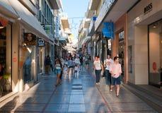 KRETA, 25 HERAKLION-JULI: Het winkelen straat Dedalou op 25,2014 Juli in Heraklion op het Eiland Kreta Royalty-vrije Stock Foto
