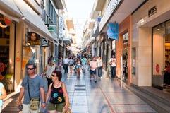 KRETA, 25 HERAKLION-JULI: Het winkelen straat Dedalou op 25,2014 Juli in Heraklion op het Eiland Kreta, Griekenland Stock Foto's
