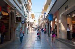 KRETA, 25 HERAKLION-JULI: Het winkelen straat Dedalou op 25,2014 Juli in Heraklion op het Eiland Kreta in Griekenland Royalty-vrije Stock Foto