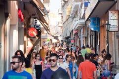 KRETA, 25 HERAKLION-JULI: Het winkelen straat Dedalou op 25,2014 Juli in Heraklion op Kreta De Daidaloustraat is een bedekte voet Royalty-vrije Stock Afbeeldingen