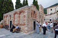 20 Kreta-JULI: Pelgrims in het Klooster van Kera Kardiotissa op het Eiland Kreta op 20,2014 Juli in Griekenland Royalty-vrije Stock Afbeeldingen