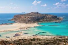 Kretakust, Balos fjärd, Grekland Förbluffa sandtråden, havet av turkos och blåa färger med skeppet Populär touristic semesterort royaltyfri bild