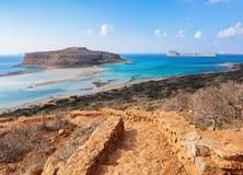 Kretakust, Balos fjärd, Grekland Förbluffa sandtråden, havet av turkos och blåa färger med skeppet Populär touristic semesterort arkivbilder