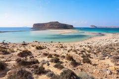 Kretakust, Balos fjärd, Grekland Förbluffa sandtråden, havet av turkos och blåa färger med skeppet Populär touristic semesterort arkivfoto