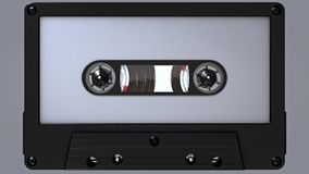 Kretsa längd i fot räknat av en tom vit och svart ljudkassett med klistermärken och etiketten arkivfilmer