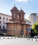 Kretzulescu kyrktar - Röd-tegelsten den ortodoxa kyrkan med klockatorn som daterar till 1720sna, plus senare symboler & inre fres Arkivbild
