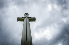 Kreuz auf bewölktem Himmel Lizenzfreie Stockbilder