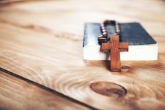 Kreuz auf Buch lizenzfreies stockbild