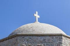 Kreuz auf Dach der Steinkirche Stockbilder