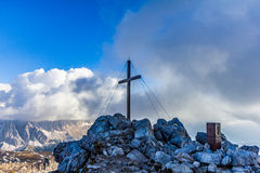 Kreuz auf dem Berg Stockbild