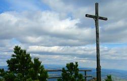 Kreuz auf dem Berg Lizenzfreies Stockfoto