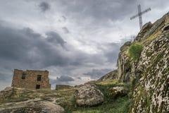 Kreuz auf dem Felsen Stockbild