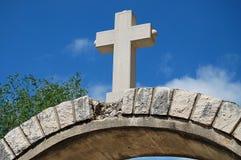 Kreuz auf dem Gatter Stockfotografie